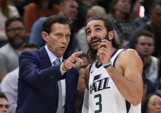 El Entrenador Quin Snyder dando instrucciones a Ricky Rubio