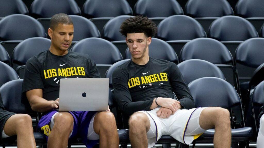 Miles Simon, en su primer año con los Lakers, con Lonzo Ball